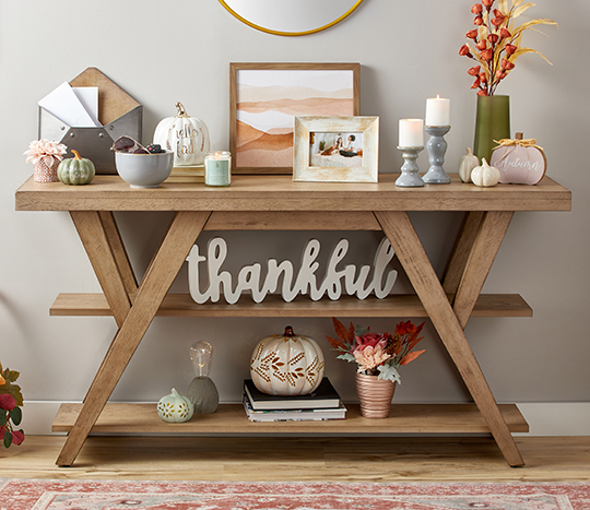 Entryway table with thanksgiving, fall and harvest décor items.